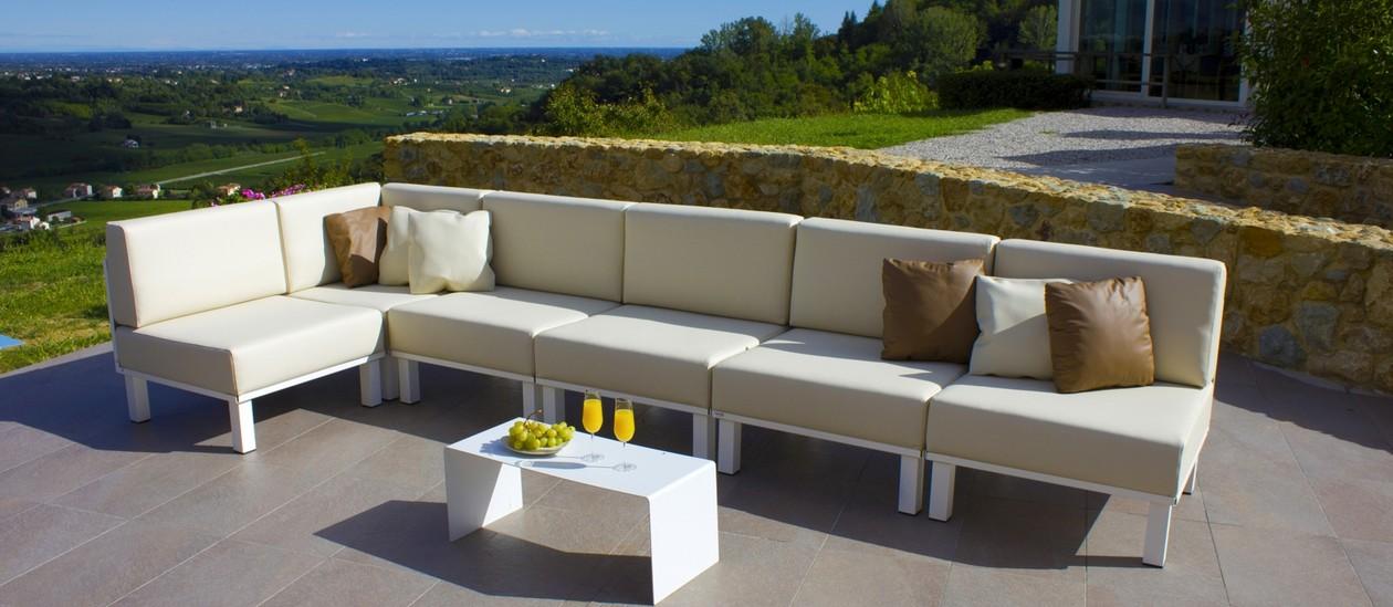 Giardino esterno best esterno with giardino esterno for Divano esterno legno