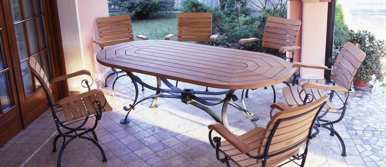 Sedie E Tavoli In Ferro Per Giardino.Eleganti Colleezione Di Tavoli E Sedie Da Giardino In Legno Di Teak